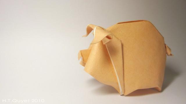 Название очень простое и милое - оригами свинья или поросенок.  Как и все роботы этого мастера, данная поделка.