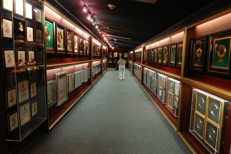 Galería de premios de Elvis, ... es realmente impresionante ...  elvis presley - 2527857211 43072820fa o - Elvis Presley, 35 años después sigue siendo el Rey