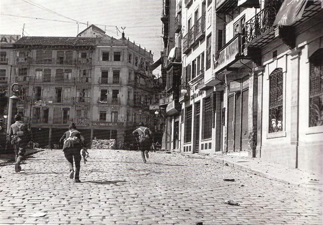 Combates en la Plaza de Zocodover (Toledo) en la Guerra Civil. Septiembre de 1936. Fotografía de Hans Namuth/Georg Reisner