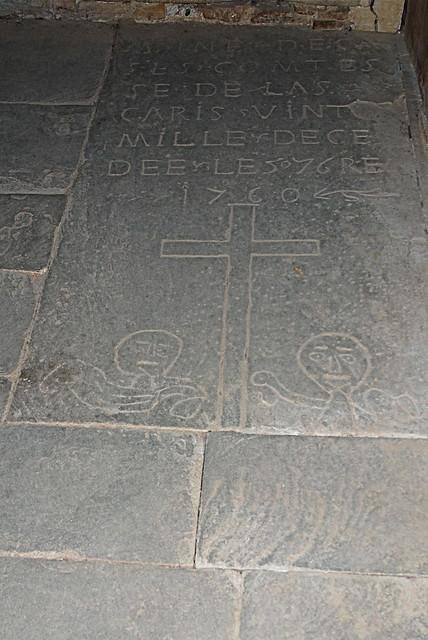 Église rupestre Sainte-Marie de Vals (Ariège). Pierre tombale