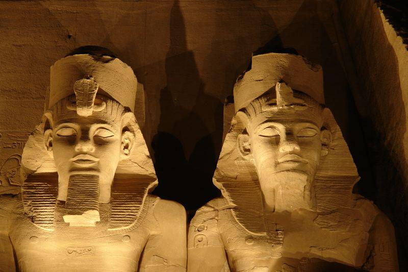 Vista nocturna de dos colosos del templo de Ramses II Abu Simbel, el templo de las dos vidas - 2473749621 f5ae2c835a o - Abu Simbel, el templo de las dos vidas