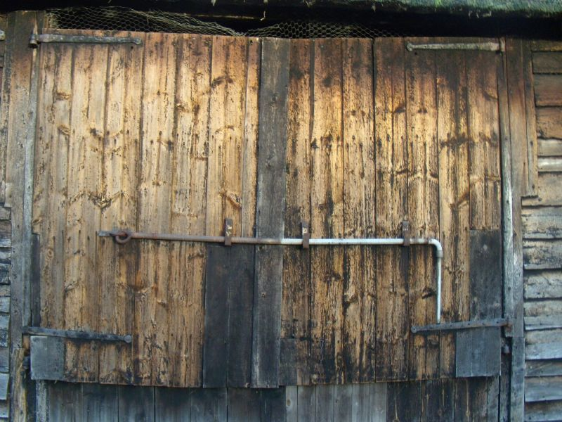 barn door Wakes Colne to Bures