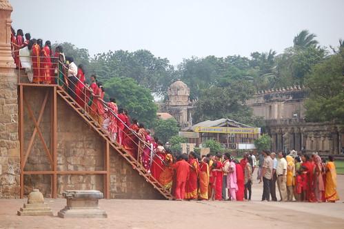 In Thanjavur stehen Pilger an um den grössten Shiva Tempel Indiens zu besuchen.
