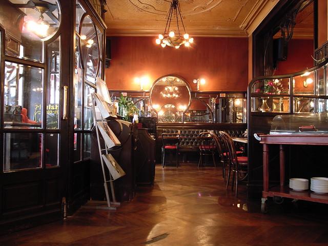 Cafe Quot Le Rouge Mecanique Quot Rue Du Bon Secours Nantes