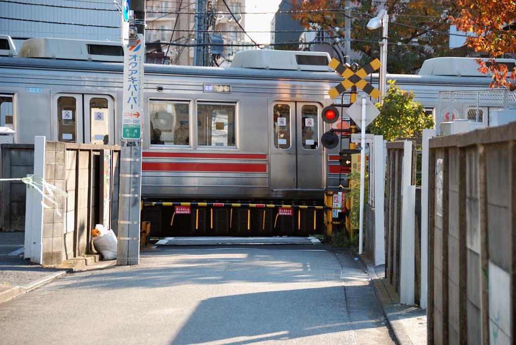 Tokyu Oimachi Line Train Stopping at Togoshi-koen Station