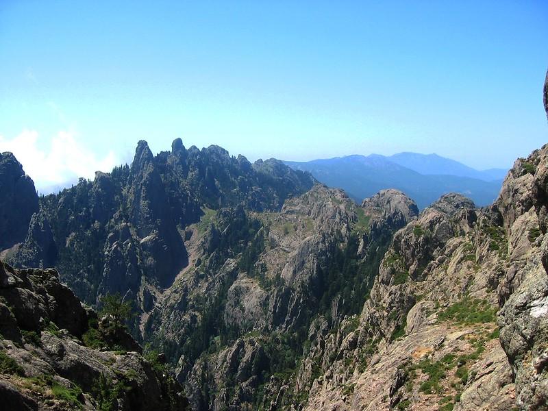 Vue complète du Giru depuis la brèche de Velacu : de G à D, Bocca Buvona et couloir de descente, Punta di Ferru, couloir de montée, Bocca di Fumicosa