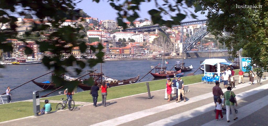 Les bateaux que l'on voit sur la photo servaient auparavant à transporter les tonneaux du célèbre vin. Aujourd'hui, ils transportent des touristes.