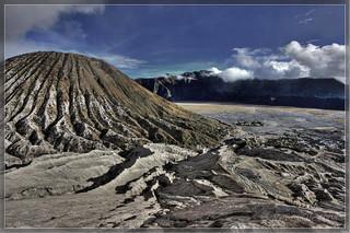 Obraz Gunung Bromo (volcano). cloud indonesia landscape volcano java smoke sharp 2008 hdr bromo goldenglobe photomatix gunungbromo earthasia rtwoverland