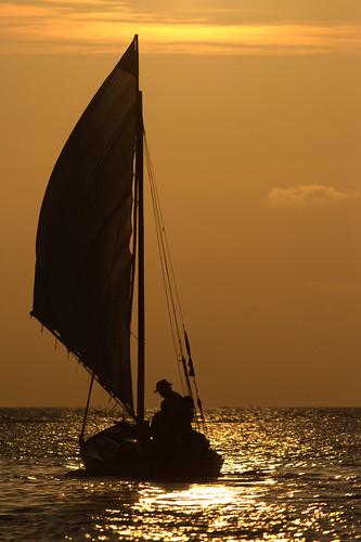 sunset west sailing honduras end roatan