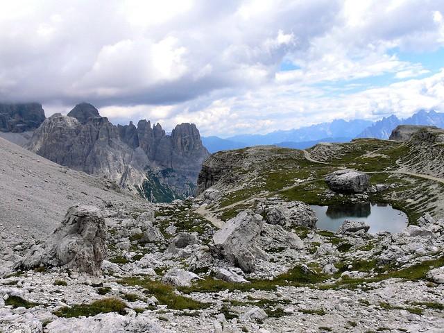 Pequeña laguna cercana a las Tres Cimas de Lavaredo, Las Dolomitas, Los Alpes Orientales de Italia