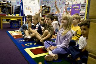 nens i nenes participant junts d'una classe