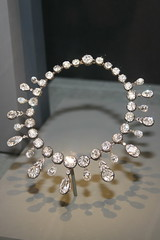 pearl(0.0), chain(0.0), silver(0.0), bracelet(0.0), jewellery(1.0), gemstone(1.0), circle(1.0), necklace(1.0),