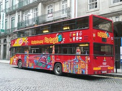 Otra buena forma de conocer la ciudad de Oporto puede ser en el Autobús turístico.  Alquiler de coches en la estación de tren de Oporto con ReservasdeCoches.com.