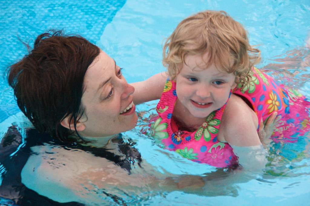 Sis and Lorenz in the Pool 5