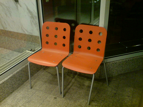 Zwei rote Stühle vor einem Eingang eines Bürogebäudes im Grüneburgweg als Mini Hangout. Januar 2009