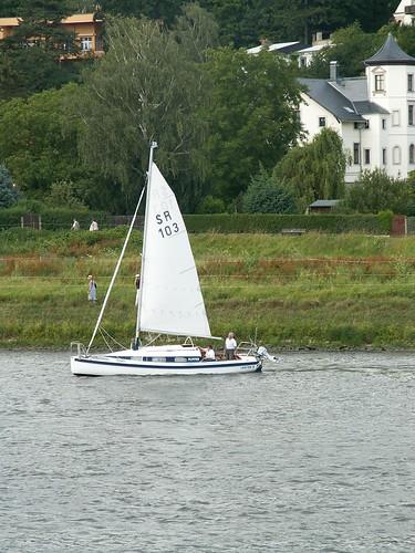 Segelschiff mit Schiff und Segel winkt auf der Elbe 036