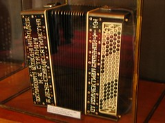 bandoneon(0.0), electronic instrument(0.0), wind instrument(0.0), accordion(1.0), folk instrument(1.0), garmon(1.0),