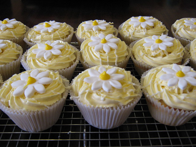Lemon cheesecake cupcakes | Lemon Cupcake with Tart Lemon Mo ...