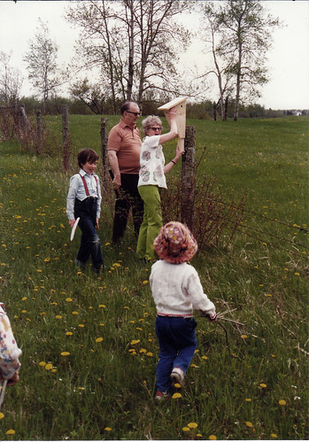 1989 Mom, Dad, Joey and Katie at bird house