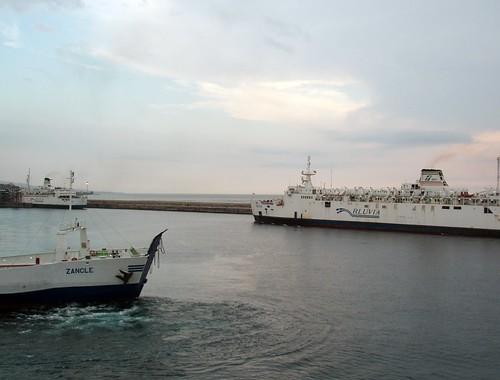 Precari occupano porto di Villa San Giovanni, traghetti dirottati a Reggio$