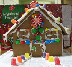 christmas decoration(0.0), gingerbread house(1.0), gingerbread(1.0), food(1.0), icing(1.0),