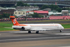 UNI AIR MD-90 B-17911