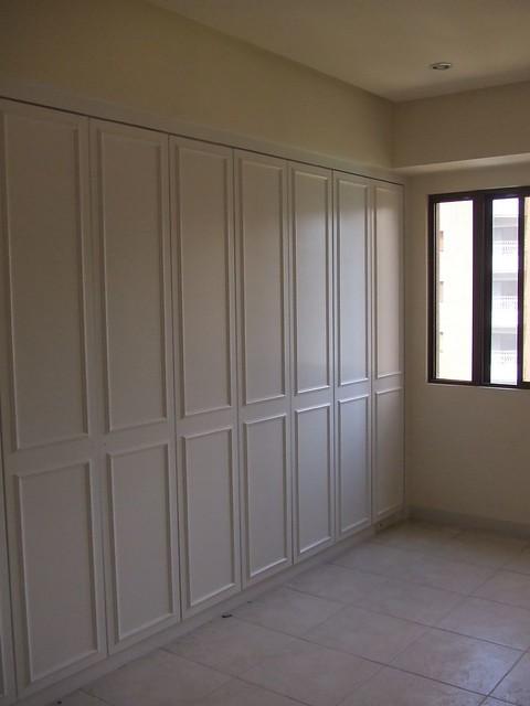 以前的門片是橡木色平面 後來改成 木工線板 油漆噴白。 以前的門片是橡木色平面 後來改成 木工線板 油漆