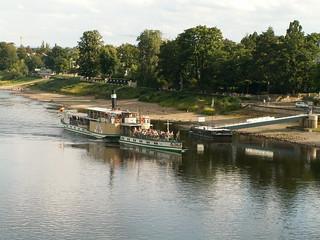 Das Dampfschiff dampft dem Ufer am Schillerplatz zu 194