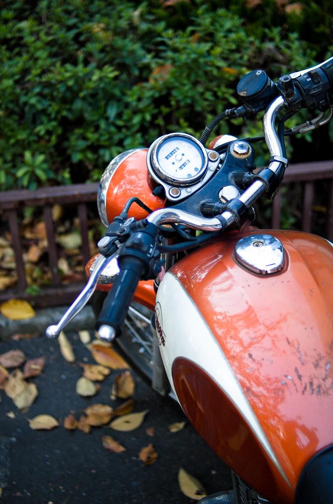 オレンジ色のバイク