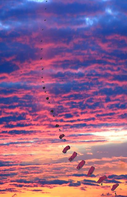 Séquence ouverture parachuteur.