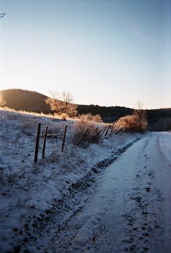 snow snowy sunrays sunrise winter morningsun frosty frost frigid freshsnow firstsnow firstlight poultney eastpoultneyvt finelhollow geotagged flickrgeotaggers innatelmwood