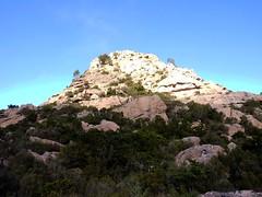 La Punta di u Castellacciu et sa face SW avec la voie de la fissure en diagonale de droite à gauche