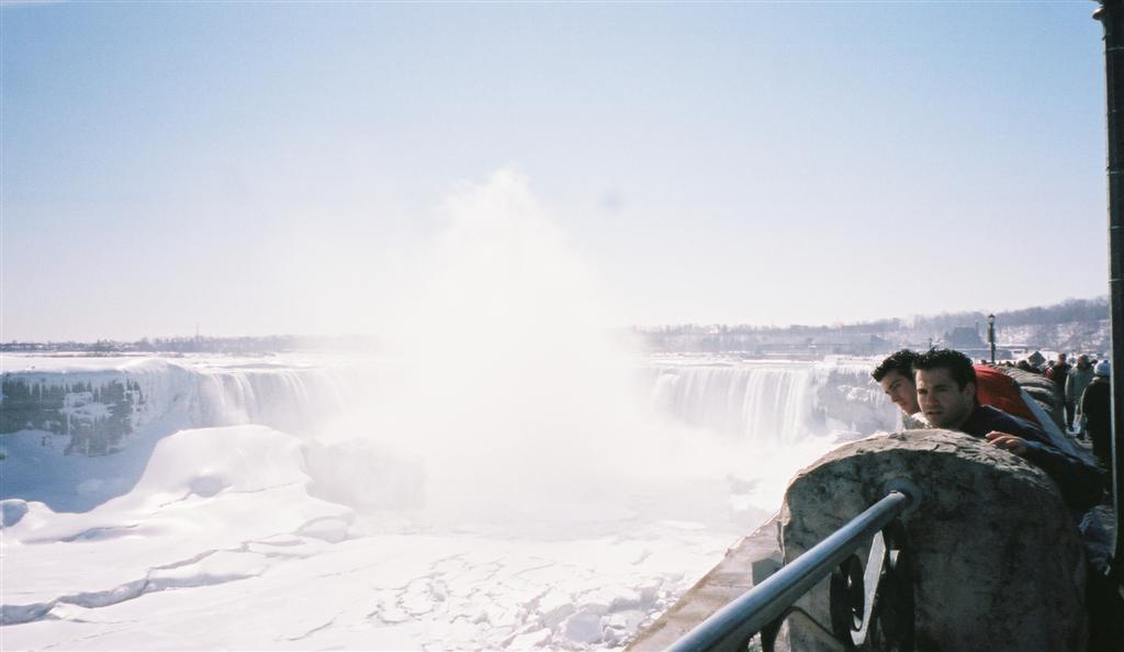 Yo con mi amigo Diego disfrutando de la estupenda panorámica de las Cataratas nevadas desde Canadá Cataratas del Niágara, la mayor potencia hidroeléctrica en el mundo occidental - 2513484695 dd8c724f72 o - Cataratas del Niágara, la mayor potencia hidroeléctrica en el mundo occidental