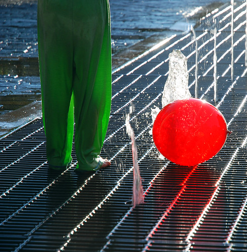 light sunset red summer usa green water fountain colors girl fun evening kid colorado child play pants balloon amelie aspen complimentary poulain