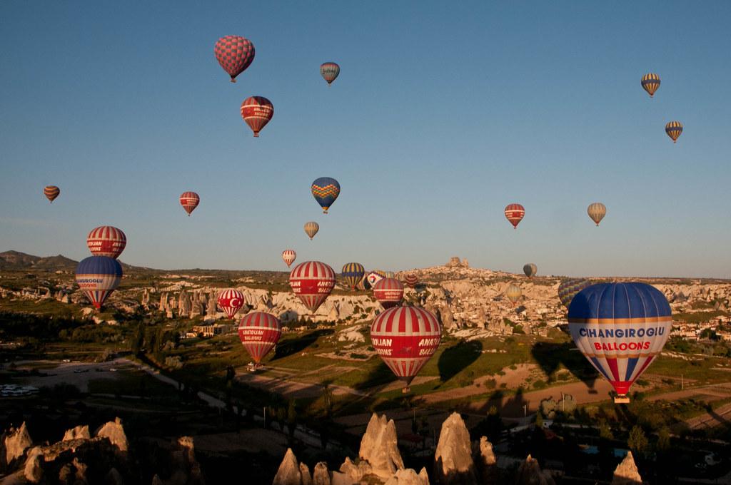 夕暮れ時のカッパドキアと浮かぶ気球の風景