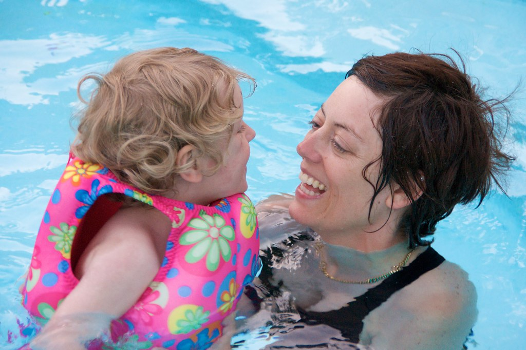 Sis and Lorenz in the Pool 1