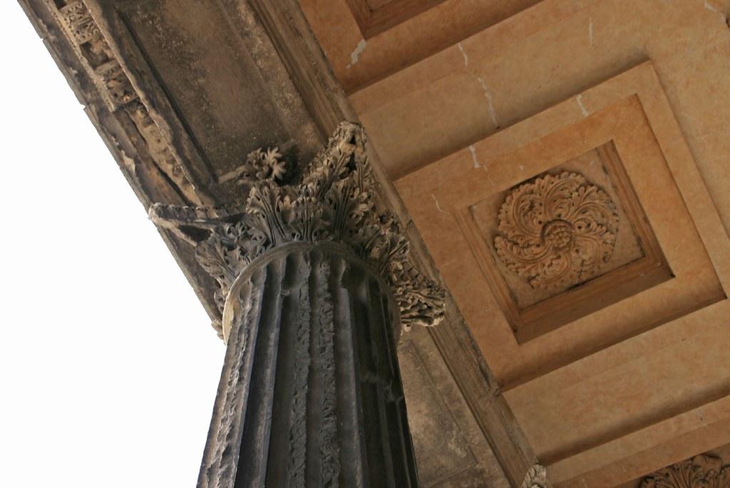 Capitel corintio y casetón del pórtico