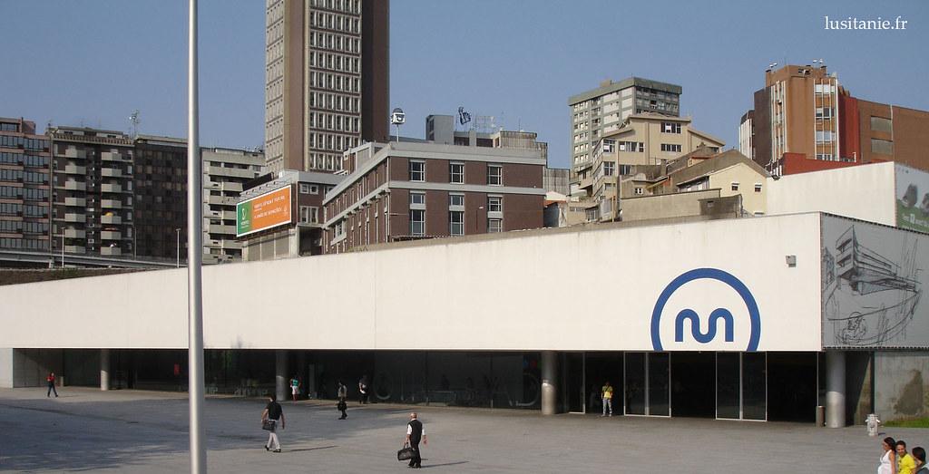 La ville se modernise, avec l'entrée en service de son nouveau métro. Ici, une station créée par l'architecte Souto de Moura, la Station de Trindade.