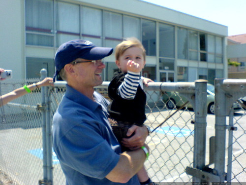 grandpa jeff holding sequoia up so he can see the helicopter flying lesson at hiller air museum   DSC01225
