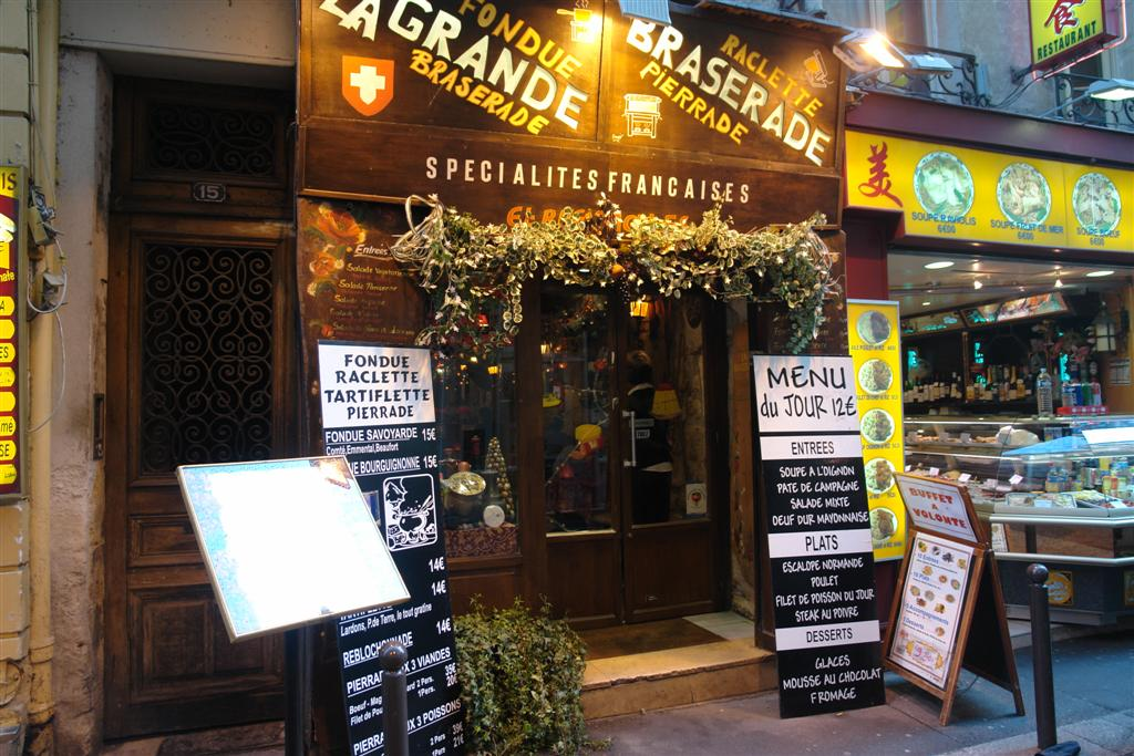 Uno de los muchísimos restaurantes que se pueden encontrar callejeando un paseo por el parisino latin quarter - 2668491237 0f9837fa33 o - Un paseo por el parisino Latin Quarter