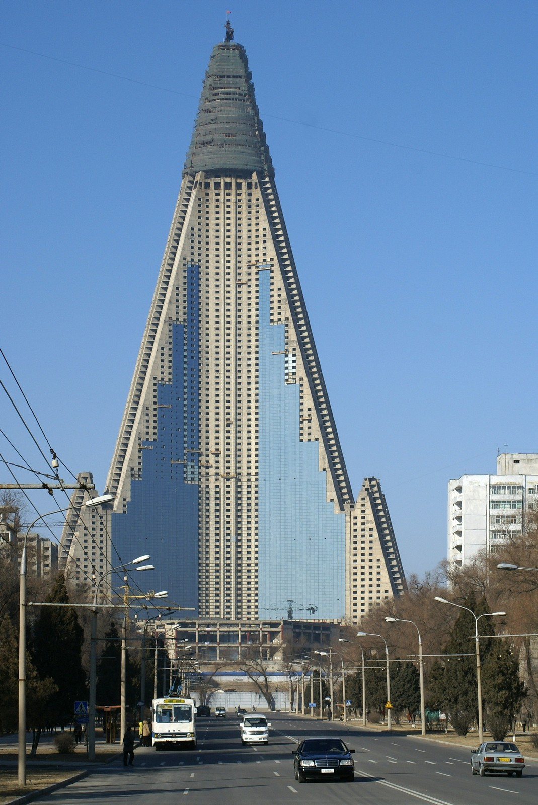Putting glass on Ryugyong Hotel, Pyongyang