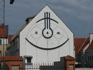 Uśmiechnięty zegar słoneczny z bliska