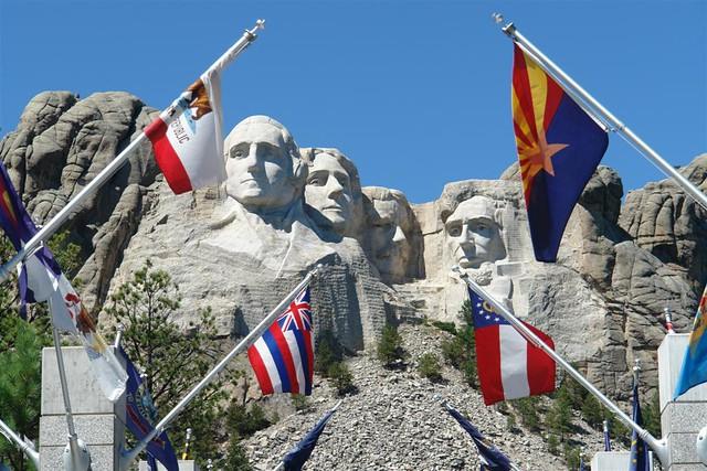 La avenida que nos lleva hasta la Gran Terraza, está custodiada por cada una de las banderas de los estados federados que componen los Estados Unidos de América Mount Rushmore, símbolo del espíritu de una nación - 2532666465 a728363f69 z - Mount Rushmore, símbolo del espíritu de una nación