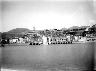 Le port et la ville de Menton, avril 1906