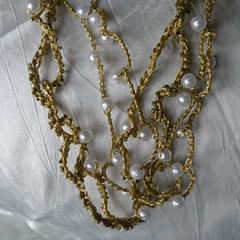 collier(0.0), chain(0.0), pearl(1.0), jewellery(1.0),