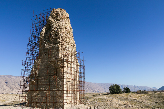 Ancient tower of gur under the blue sky, Firuzabad, Iran フィールーズ・アーバード、サーサーン朝の塔
