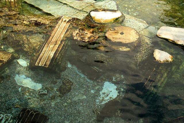 Ruinas de marmol en la antigua piscina de Hierapolis, Pamukkale
