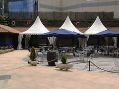 Terraza con Sombrillas en el Restaurante Untzigain