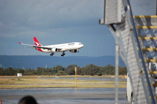Another Qantas landing by bobmendo