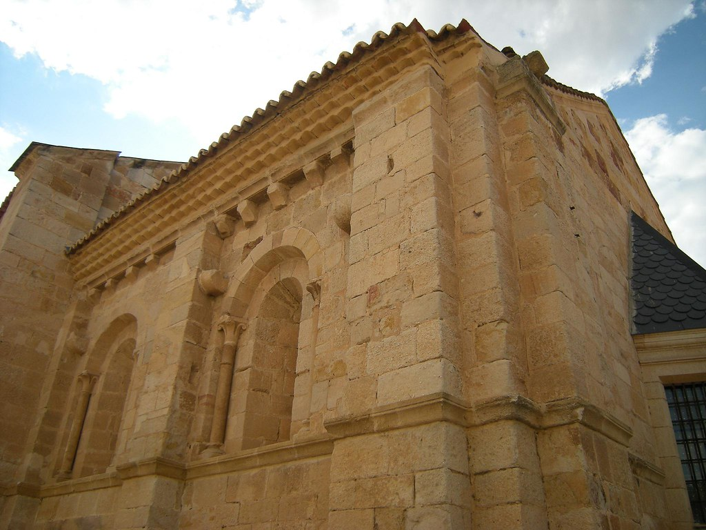 Puerta del obispo castilla y le n espa a tripcarta for Puerta 4 del jockey